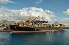 一只大集装箱船在口岸装载货物 免版税库存图片