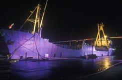 一只大货船,圣保罗市,照亮在晚上在迈阿密,佛罗里达港口 图库摄影
