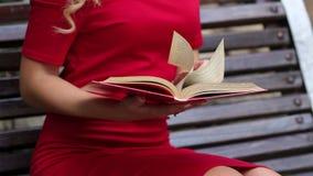 一只女性手的特写镜头有书的 慢的行动 影视素材