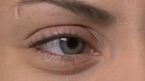 一只女性眼睛的特写镜头与隐形眼镜的 影视素材