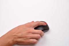 一只妇女手的特写镜头使用现代计算机老鼠的在白su 图库摄影