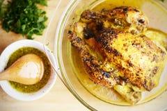 一只开胃烤鸡的顶视图用香料和调味汁在木桌上 库存照片