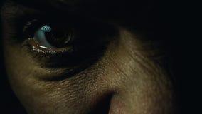 一只恼怒的男性眼睛 免版税库存图片