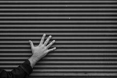 一只手对墙壁 免版税图库摄影