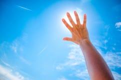 一只手的剪影反对日落的 免版税图库摄影