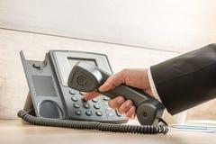 一只手的特写镜头在拨电话n的一套正式典雅的衣服的 免版税图库摄影