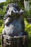 一只挥动的猬的美丽的小的庭院雕象 库存图片