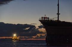 一只搁浅的货船的救援活动 图库摄影