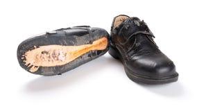 一只新的皮鞋和一损坏的老一个 免版税库存图片