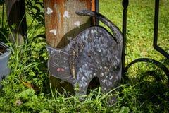 一只木猫在庭院里 免版税图库摄影