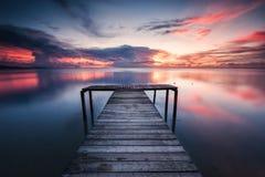 一只木跳船有惊人的日落背景 库存照片
