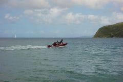 一只沉重被装载的快艇在迎风群岛 库存照片