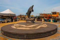 一只海豚的雕塑在江边的 亚庇沙巴马来西亚 库存照片