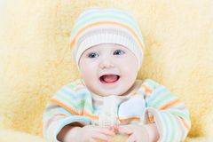 一只温暖的绵羊的甜婴孩剥皮足套 库存照片