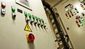 一只特大号货船的控制室 免版税库存照片