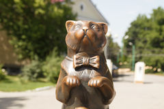 一只猫的雕塑在弓的 免版税库存照片