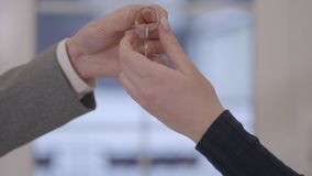 一只男性手的特写镜头得到关键对女性手 关键移交概念 顺利地做了一个成交 做广告和真正 股票录像