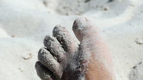 一只男性脚的特写镜头在一个沙滩的在夏天 股票视频