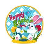 一只白色复活节兔子兔子拿着与雏菊的样式的一个大复活节色的鸡蛋 有花和草的沼地 问候汽车 库存照片