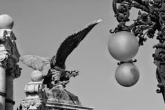 一只石老鹰的雕象在布达城堡入口的在布达佩斯 库存照片