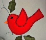 一只红色鸟的图象在组织stiched 免版税库存照片