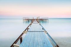 一只老跳船的长的esposure视图在有柔和的天空的风平浪静, 免版税库存照片