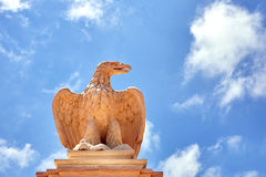 一只老鹰的雕象反对天空权利的 免版税图库摄影