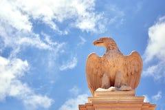 一只老鹰的雕象反对天空的 免版税库存图片