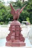 一只老鹰的雕象在岩石的 库存图片