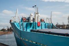 一只老货船的弓在港口 免版税库存图片