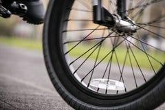一只脚的特写镜头在脚蹬的和自行车转动骑马 免版税库存照片