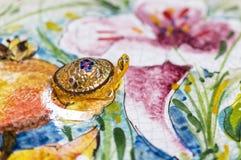 一只草龟的小雕象从精巧彩色陶器的 库存图片