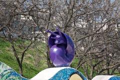 一只蓝色蜗牛的雕塑 库存图片