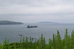 一只货船离开它的国内港 免版税库存图片