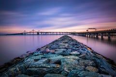 一只跳船和切塞皮克湾桥梁的长的曝光,从圣 免版税图库摄影