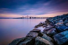 一只跳船和切塞皮克湾桥梁的长的曝光,从圣 图库摄影