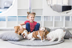 一只逗人喜爱的女孩和小的牛头犬小狗的画象 免版税图库摄影