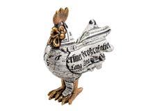 一只雄鸡的小雕象在白色背景的 图库摄影
