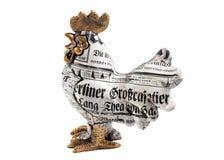 一只雄鸡的小雕象在白色背景的 免版税库存照片