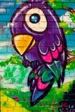 一只鸟的五颜六色的图画在砖墙上的 免版税库存照片