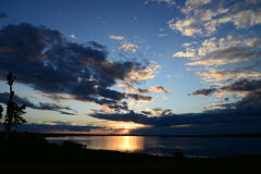 以一只鸟的形式云彩在日落 免版税库存图片