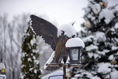一只鸟的雕象与开放翼的在反对backg的一个手电 库存照片