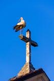 一只鹳在教会和十字架顶部 免版税图库摄影