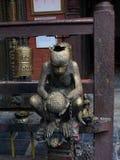 一只猴子的符号雕象在一个尼泊尔寺庙的 库存照片