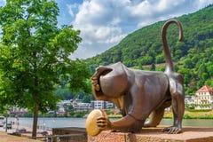 一只猴子的铜雕塑在老桥梁的 海得尔堡 毒菌 库存图片
