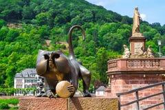 一只猴子的铜雕塑在老桥梁的 库存图片