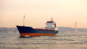 一只货船在Bosphorus,伊斯坦布尔,土耳其 图库摄影