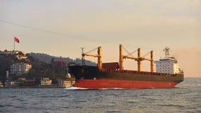 一只货船在Bosphorus,伊斯坦布尔,土耳其 免版税库存图片