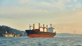 一只货船在Bosphorus,伊斯坦布尔,土耳其 库存照片