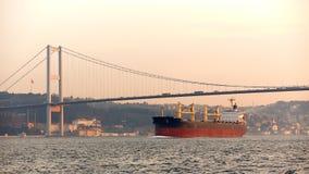 一只货船在Bosphorus,伊斯坦布尔,土耳其 库存图片